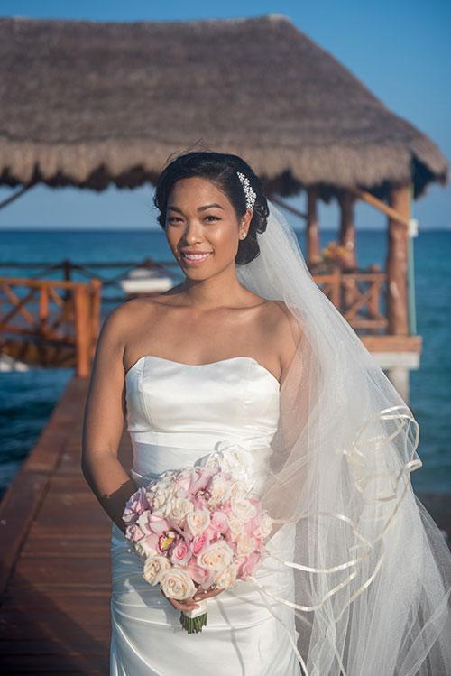 bride portrait in cancun beach