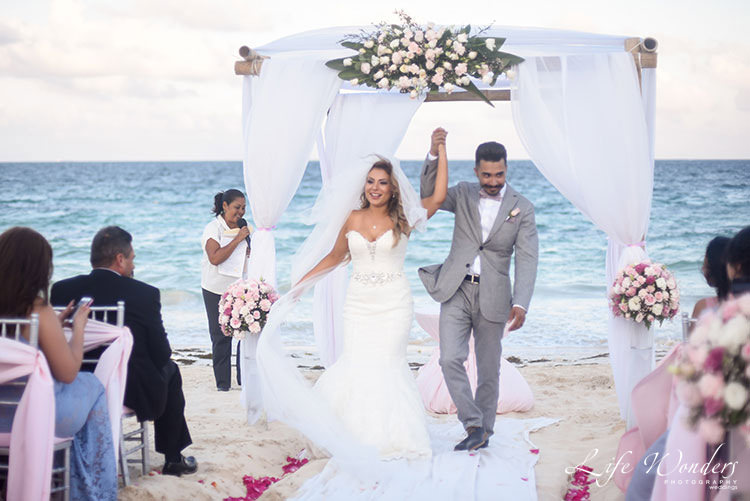 Newlyweds in Cancun wedding