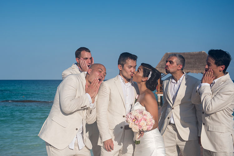 funny weddin portrait with groomsmen