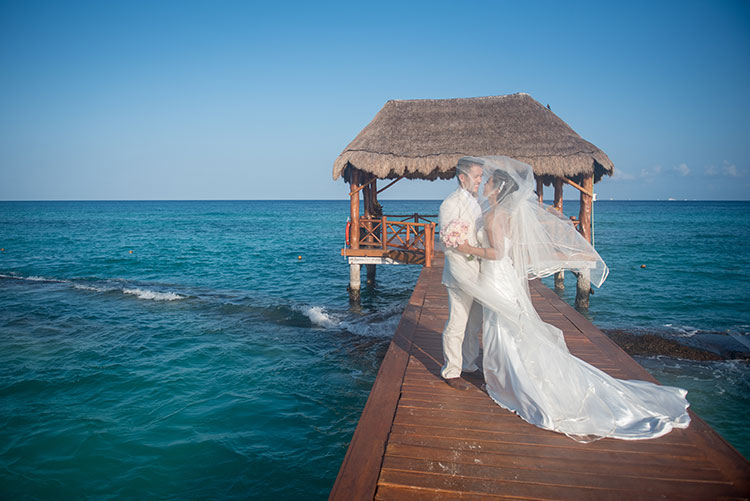 bride and groom portrait in cancun beach