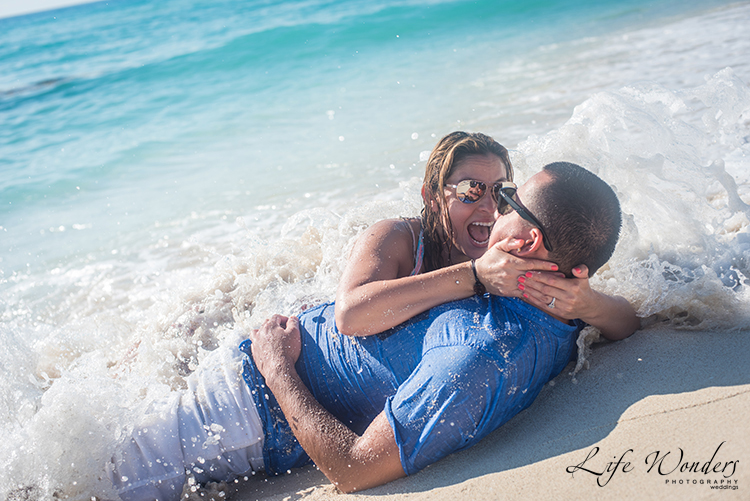 girl surprised in cancun beach for her engagement photography