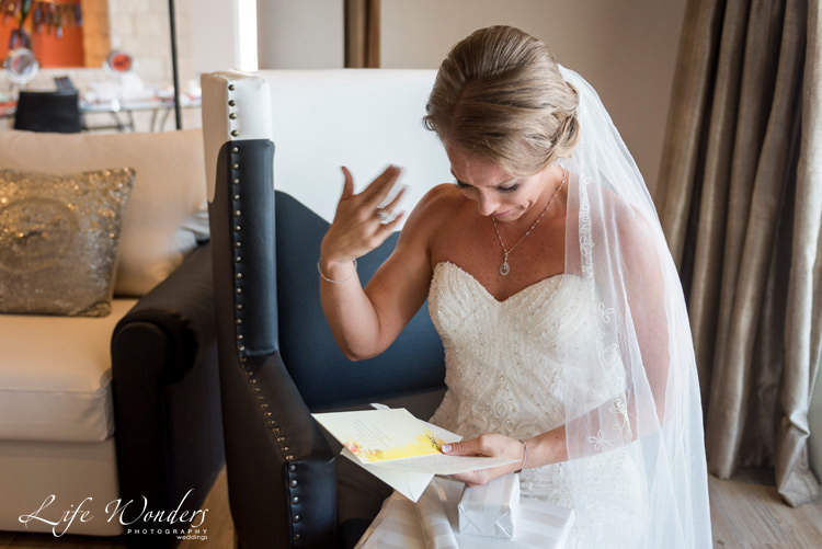 hard rock riviera maya wedding photographer bride crying reading letter