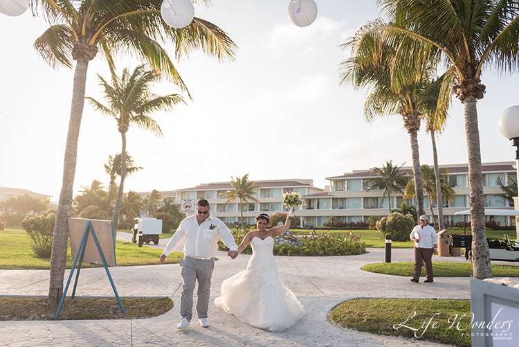 bride groom waving bouquet at moon palace cancun